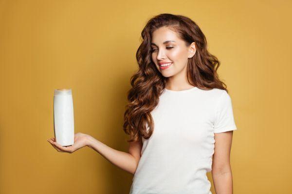 como-usar-un-champu-sin-sulfatos-champu-mujer-sonrie
