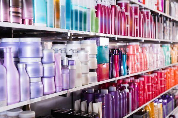ventajas-y-desventajas-de-los-champus-sin-sulfatos-stand-de-cosmeticos-istock